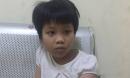 Hà Nội: Bé gái khoảng 7 tuổi đi lạc đang được cảnh sát chăm sóc chờ người nhà đón về