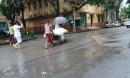 Sự thật bức ảnh bệnh nhân nằm cáng, đội mưa chờ mổ tại BV Việt Đức gây xôn xao