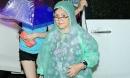 Mẹ Đàm Vĩnh Hưng đội mưa đến ủng hộ con trai sau ồn ào bị 'tố' nợ nần
