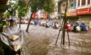 Dân Thủ đô chật vật vượt qua 'biển nước' trong mưa lớn sáng nay