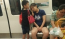 Bé trai 5 tuổi lấy tay kê đầu cho mẹ ngủ trên tàu khiến dân mạng tan chảy