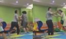 Chồng tát vợ bôm bốp giữa khu vui chơi trẻ em mặc con 2 tuổi gào khóc