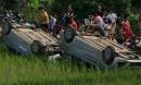 Người dân xô ngửa 2 ô tô của nhóm 'giang hồ' xuống ruộng