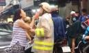Chạy ngược chiều, người phụ nữ nắm cổ áo, lớn tiếng hăm dọa CSGT khi được nhắc nhở
