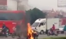 Nam thanh niên đốt xe, đổ xăng lên người định tự thiêu