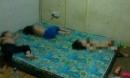 Sự thật về bức ảnh 3 đứa trẻ bị bố mẹ nhốt trong phòng bẩn thỉu, chỉ được ăn cơm và nước tương