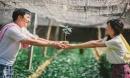 Ảnh cưới hóa thân nông dân 'chân lấm tay bùn' của cô dâu, chú rể khiến cộng đồng mạng xôn xao