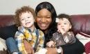Bà mẹ da đen sinh ra 2 mẫu nhí với làn da trắng sứ khiến ai cũng ngỡ ngàng
