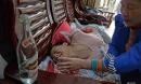 Trung Quốc: Đau lòng cảnh bố mẹ tự tay rót nửa lít rượu cho con gái uống mỗi ngày