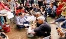 Hình ảnh đẹp nhất ngày: Mỹ Tâm ngồi bệt ăn chôm chôm, nói chuyện cùng cụ già neo đơn
