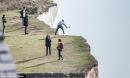 Chết thảm vì nhảy lên chụp ảnh ở mép vách đá đúng lúc gió lớn