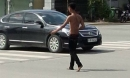 Bình Dương: Thanh niên nghi ngáo đá cầm dao tự rạch bụng giữa đường phố