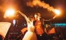 Phát sốt bộ ảnh cưới cô dâu leo nóc xe, cầm cờ mừng chiến thắng lịch sử của đội Việt Nam