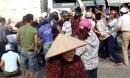 Hàng chục người dân nhấc xe tải, cứu 2 người đàn ông