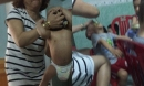Lời khai của bảo mẫu vừa cho ăn vừa tát vào mặt trẻ, nắm đầu bé trai 1 tuổi nhấc khỏi cũi