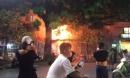 Đang ngồi uống bia, quán bỗng bốc cháy dữ dội, nhiều thực khách nhảy từ tầng 2 xuống thoát thân