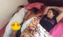 Cười chảy nước mắt với thanh niên gần 30 tuổi vẫn thích chen vào giữa bố mẹ ngủ để được xoa đầu, gãi lưng