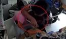 Nam thanh niên dùng dao kề cổ chủ tiệm tạp hoá, cướp tài sản giữa ban ngày