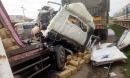 Người dân cạy cửa cabin đưa thi thể phụ xe ra ngoài khi hai xe tải tông nhau