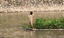 """'Nàng tiên cá"""" mặc đồ lót đứng giữa sông Tô Lịch nhảy múa xôn xao MXH"""