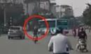 Sang đường bất ngờ, xe buýt hất văng người đi xe máy