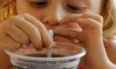Bé gái 4 tuổi đã bị gan nhiễm mỡ vì thường xuyên uống đồ uống mà nhiều trẻ đều thích