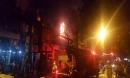 Cả dãy nhà cháy ngùn ngụt giữa Hà Nội, dân kêu khóc trong mưa