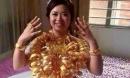 Cô dâu đeo vòng vàng nặng trĩu cổ, phải dùng hai tay đỡ mới chịu được