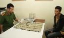 Nam thanh niên người Mông khoác hai balo ma túy vào quán cơm