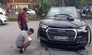 Clip xe Audi lùi như tên bắn, húc văng người đi đường giữa Hà Nội