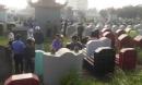 Rạng sáng, người dân phát hiện hàng chục ngôi mộ bị đập phá bát hương