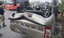 Sau cú tông kinh hoàng của ô tô 7 chỗ tại 'ngã tư tử thần', xe bán tải lật ngửa