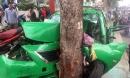 """Phát hoảng với hình ảnh taxi vỡ nát đầu khi """"đóng"""" vào gốc cây ở Sài Gòn"""