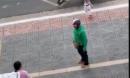 Phẫn nộ vợ đang mang bầu bị chồng đánh dã man giữa phố trước mặt con nhỏ