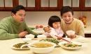 6 điều cần dạy con trong bữa ăn trước khi quá muộn, lớn lên bé sẽ cảm ơn cha mẹ không hết