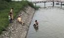 CSGT cứu bé gái 10 tuổi đang tuyệt vọng vùng vẫy dưới nước