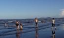 Tắm cùng mẹ, bé trai bị sóng biển cuốn trôi hơn 1km tử vong