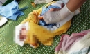 Phát hiện bé sơ sinh còn nguyên dây rốn treo trên xe máy