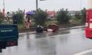 Chồng khóc ngất ôm thi thể vợ bị tai nạn dưới trời mưa