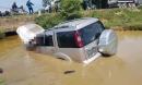 Xe ô tô tông cột mốc lao xuống ruộng, 6 người thương vong