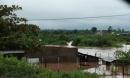 Nước lũ cuốn trôi ô tô cùng hai cha con ra bờ suối ở Đắk Lắk