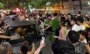 Hải Phòng: Xe ô tô đâm vào hai mẹ con rồi bỏ chạy, người dân vây kín 2 bên