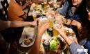 Ăn hải sản uống bia rượu là dại: Sai lầm khiến cả nhà tiền mất tật mang