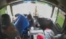 CLIP: Tài xế đột quỵ khi đang lái xe, phụ xe kịp thời tấp vào lề an toàn