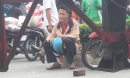 Chồng hoảng loạn, ngồi khóc nghẹn cạnh thi thể vợ bị xe container cán tử vong ở Sài Gòn