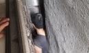 Giải cứu người đàn ông mắc kẹt trong khe tường nhà cao tầng