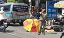 TP.HCM: Cô gái 20 tuổi bị xe tải cán tử vong thương tâm, người dân dùng ô che nắng cho thi thể
