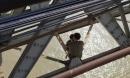 Hà Nội: Bế tắc trong cuộc sống, bố ôm con nhỏ 7 tháng tuổi ra cầu Long Biên định tự tử