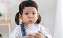 Sữa giàu dinh dưỡng, nhưng uống theo cách sai lầm sẽ khiến con lùn tịt, chậm lớn