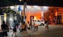 Hà Nội: Bất cẩn khi lùi xe, tài xế làm cháy cả xe lẫn cây xăng